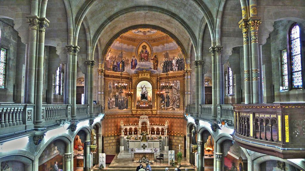 Iglesia del colegio la salle bonanova vista de la nave for Piscina la salle bonanova
