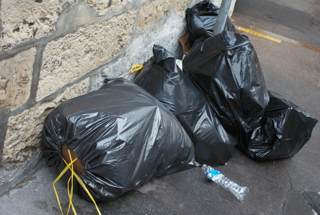 poubelles sacs poubelles dans la rue m me le sol. Black Bedroom Furniture Sets. Home Design Ideas