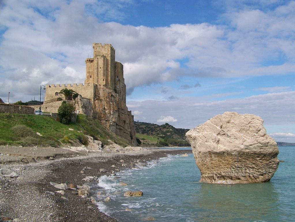 Matrimonio Spiaggia Calabria : Roseto capo spulico cs il castello e lo scoglio quot incudine