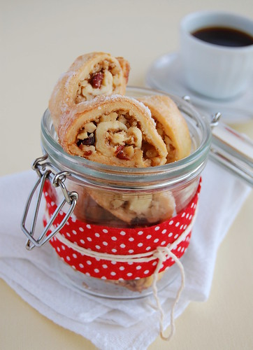 Walnut, cranberry and cinnamon rugelach / Rugelach de nozes, cranberry e canela | by Patricia Scarpin
