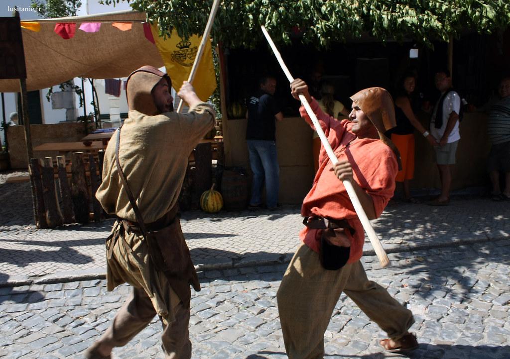 Deux personnes se battent dans la rue…