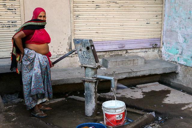 A woman drawing water from the well, Jodhpur, India ジョードプル 井戸から水を汲む女性