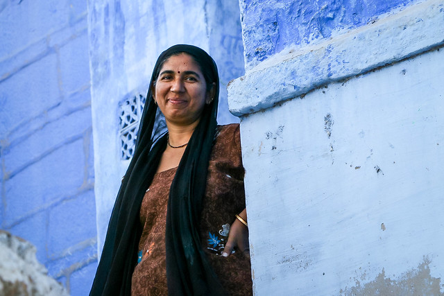Smiling woman stands in front of a blue house, Jodhpur, India ジョードプル 青い壁の民家の前で微笑む女性