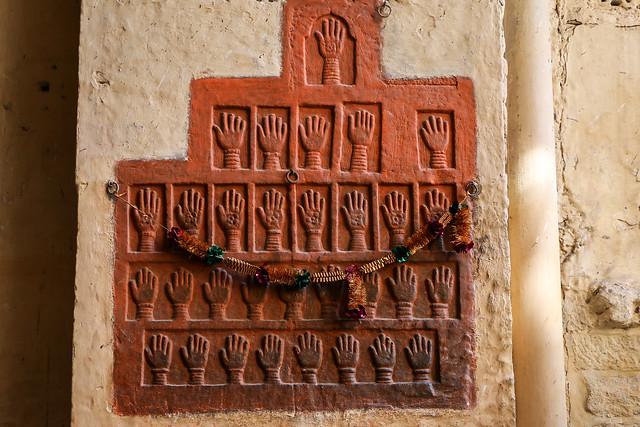 Handprints at a gate (Loha Pol) in Mehrangarh Fort, Jodhpur, India ジョードプル メヘラーンガル・フォート、殉死した女性たちの手形