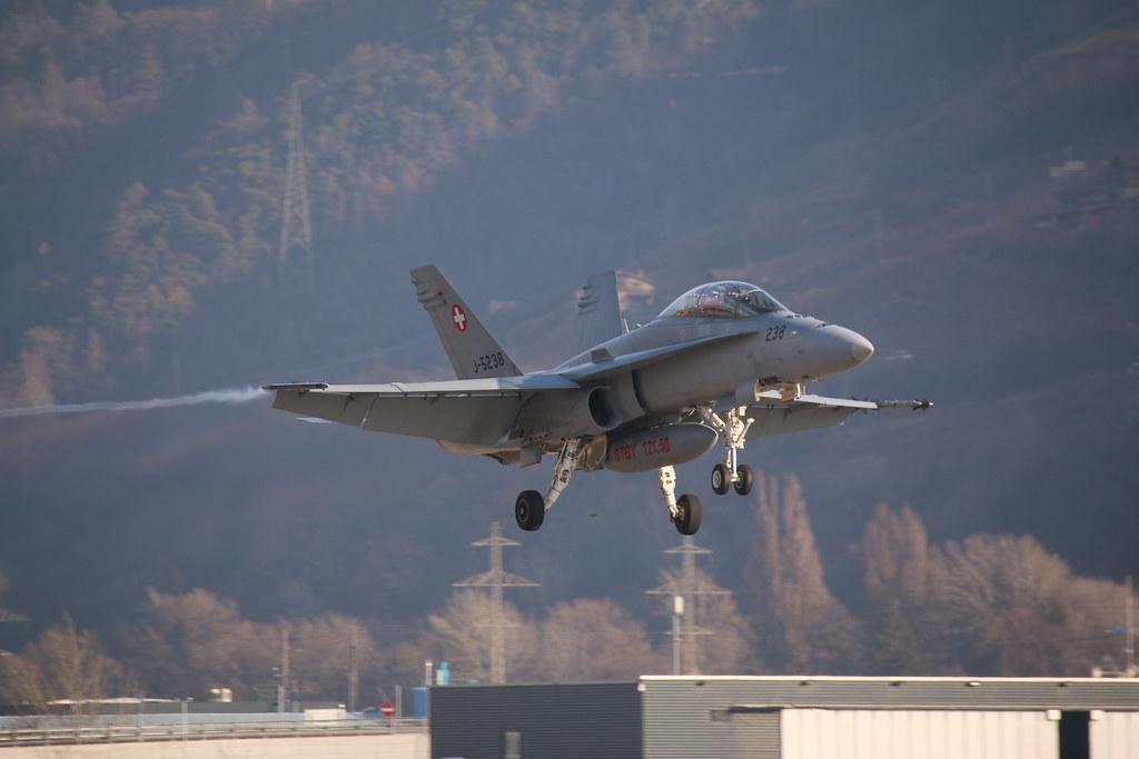 Aéroport - base aérienne de Sion (Suisse) 32950759051_b7d1f0df2f_b