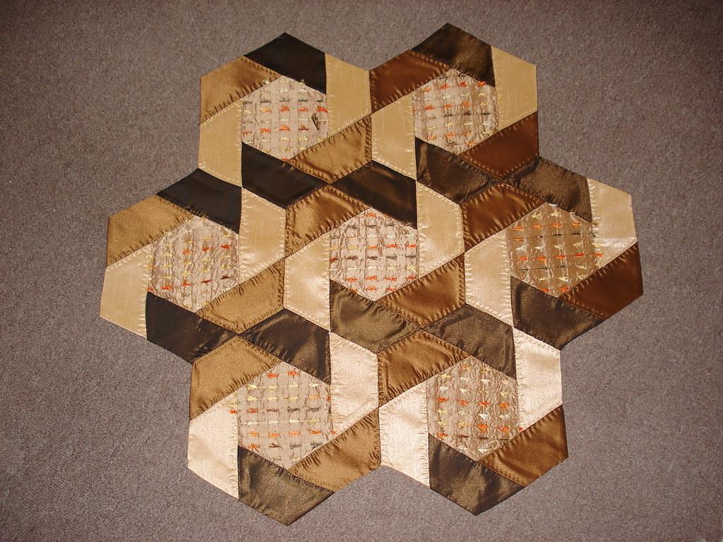 Runner hexagone zulemyan nadya flickr for Round table runner quilt pattern