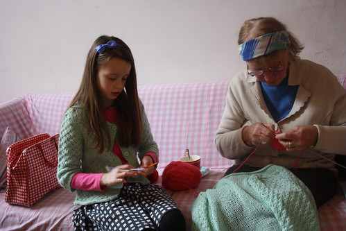Keetje and grandma Hanna knitting | by Poppelolli