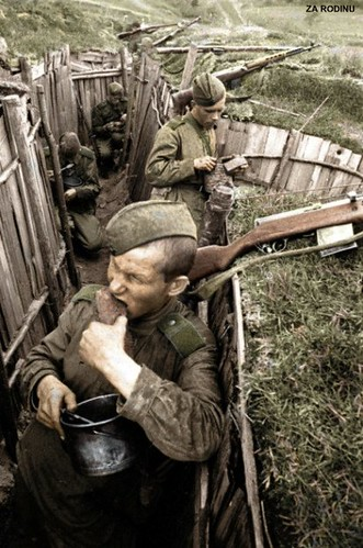 Soviet soldier's eat lunch - Trenches WWII | Recolored ...