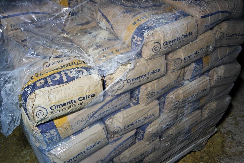 sacs de ciment hugo cl ment flickr. Black Bedroom Furniture Sets. Home Design Ideas