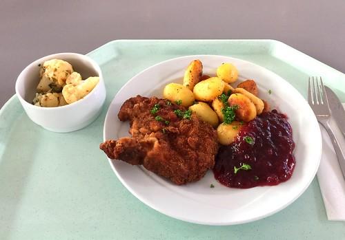Baked breaded pork chop with cranberries & roast potatoes / Gebackenes Schweinekotelette mit Preiselbeeren & Bratkartoffeln