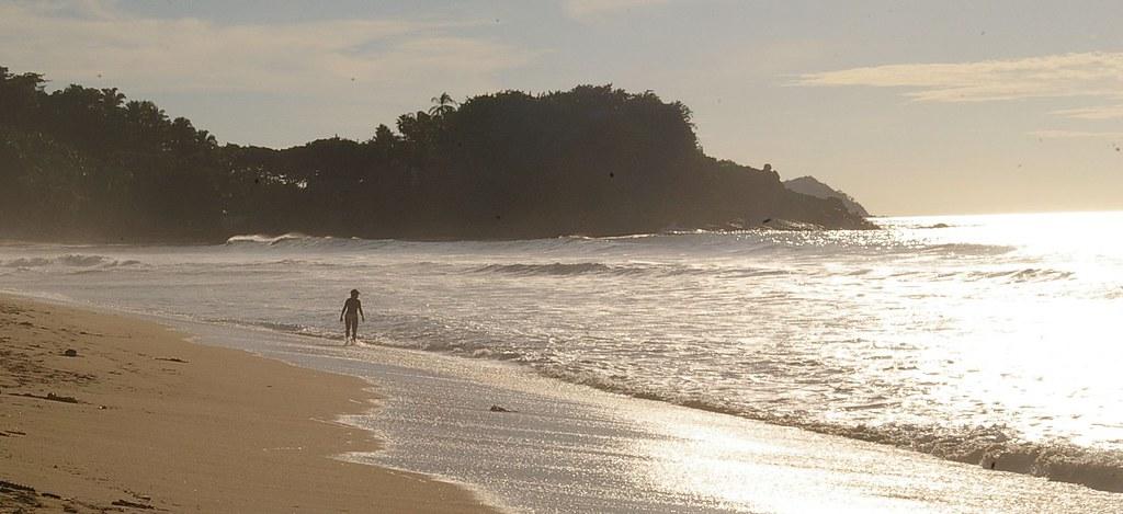Seule sur le sable..