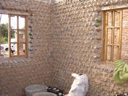 Casa de paredes de botellas de pl stico proceso de for Casas para jardin de plastico