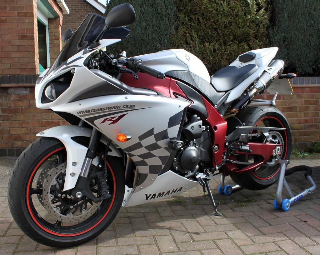 Yamaha r1 2010 engine size 998cc power 184bhp top speed for Yamaha r1 top speed