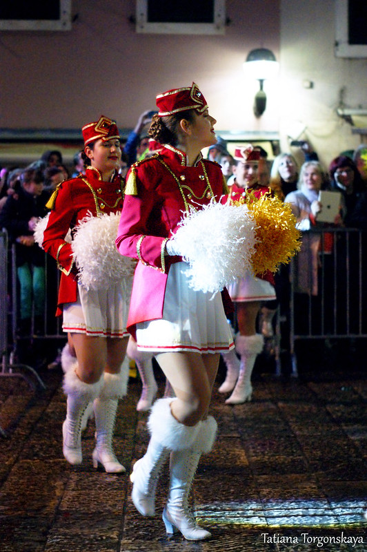 Мажоретки танцуют на площади Джурковича