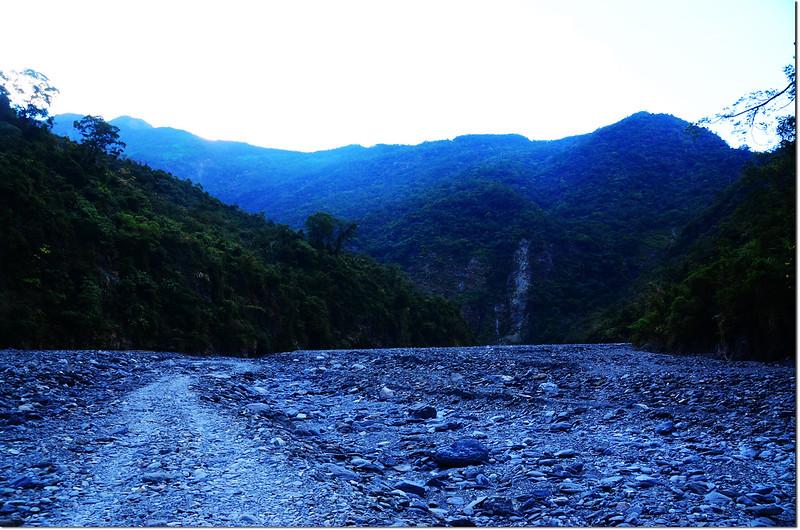 吐蛇流河床路東南望文丁山~南大武連稜
