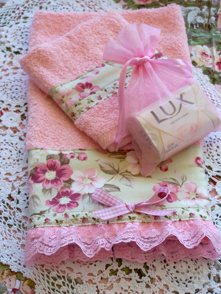 Decorative shabby chic pink towel set lace to edge flickr for Boite shabby chic