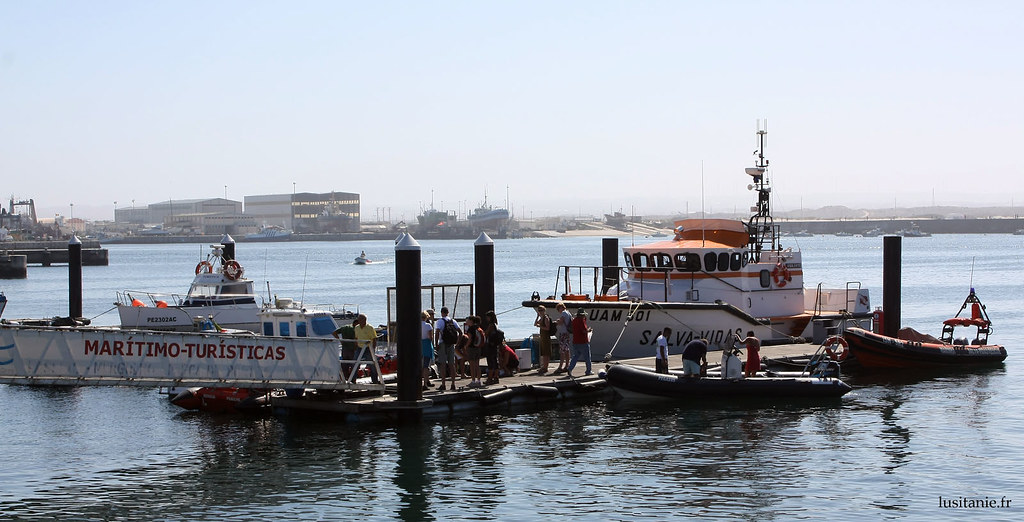 Port de Peniche, avec au fond le port industriel