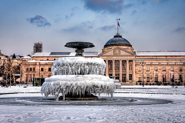 kurhaus wiesbaden the snow covered kurhaus with frozen. Black Bedroom Furniture Sets. Home Design Ideas