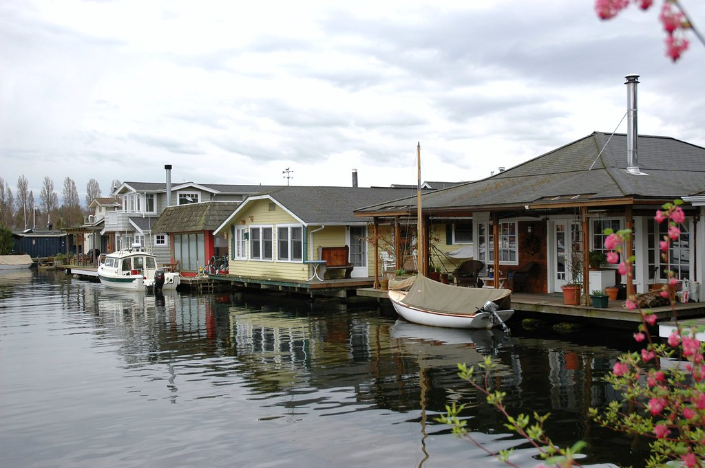 Houseboats on portage bay near the montlake cut universi for Floating homes portland