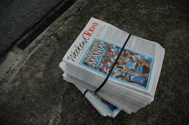 Pila de periódicos en inglés