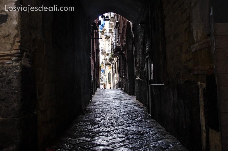 callejón en paseos por Nápoles