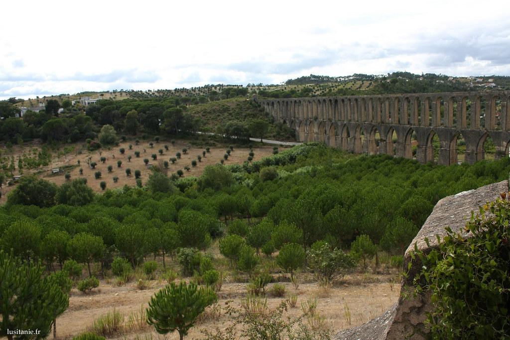 L'Aqueduc en impose, et se dresse majestueusement au dessus de la vallée
