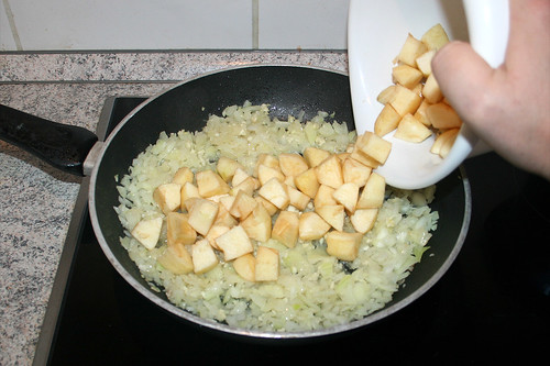 30 - Apfelwürfel in Pfanne geben / Put apple dices in pan