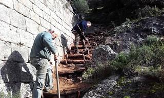 Construction des marches de l'escalier du pont de Marionu