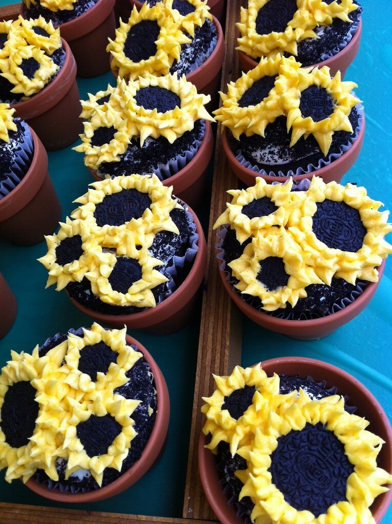 Sunflower Oreo cupcakes in flower pots | Gorgeous! By ...
