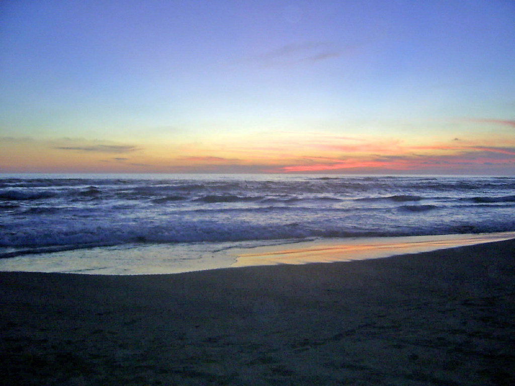 Vista de un atardecer en Playa Azul en Michoacán