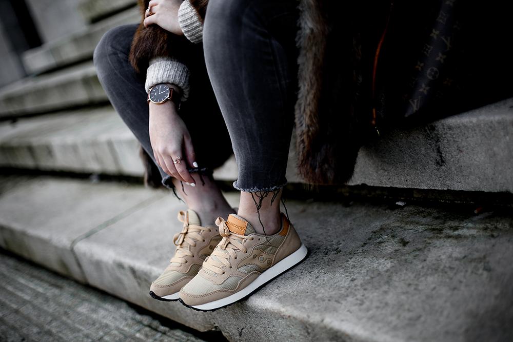 vintage-fur-coat-saucony-sneakers-look-myblueberrynightsblog3