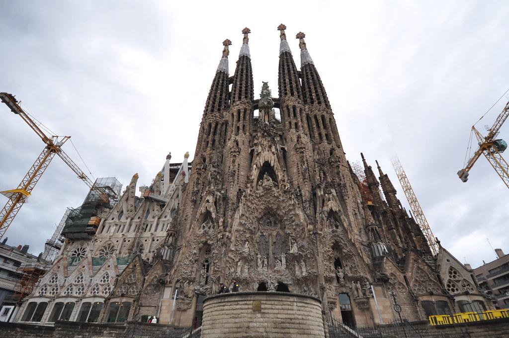 Sagrada familia nativity fa ade cranes partially remove for La sagrada familia church