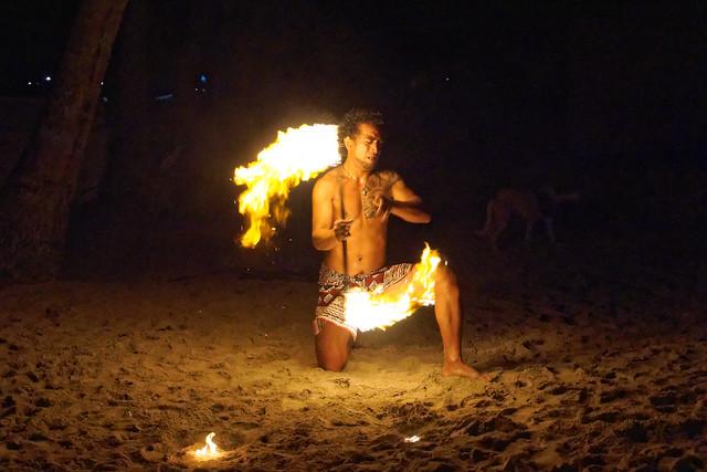 Wieczorne pokazy tańca z ogniem