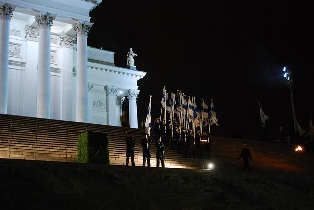 Honrando la banera en el aniversario de Finlandia