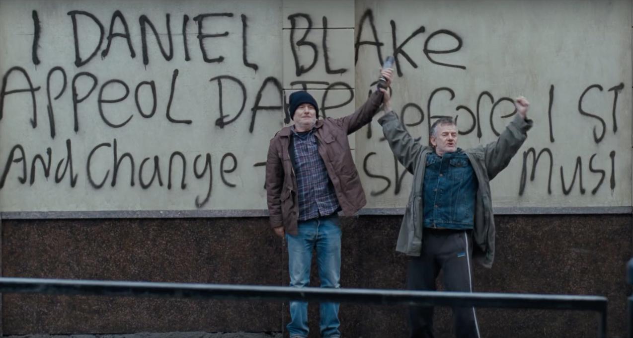 路人聲援丹尼爾的塗鴉抗議。(電影劇照)