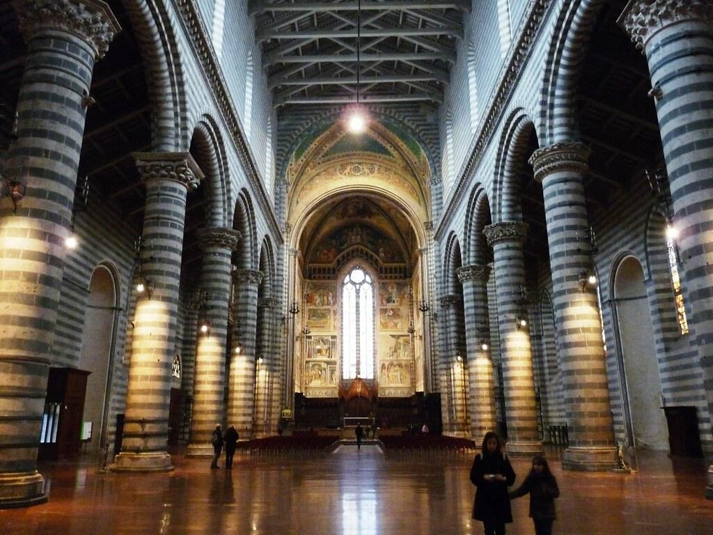 Duomo di orvieto l 39 interno l 39 interno semplice e for Interno help