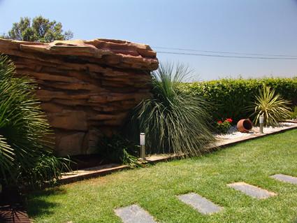 Ducha y cascada para chalet decoraci n jardin badalona for Cascadas modernas para jardin