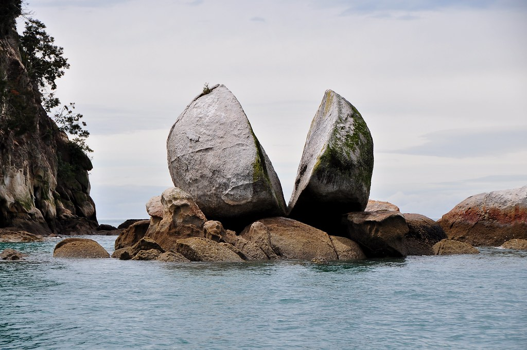 Any idea how this happened? Tokangawhā / Split Apple Rock, New Zealand