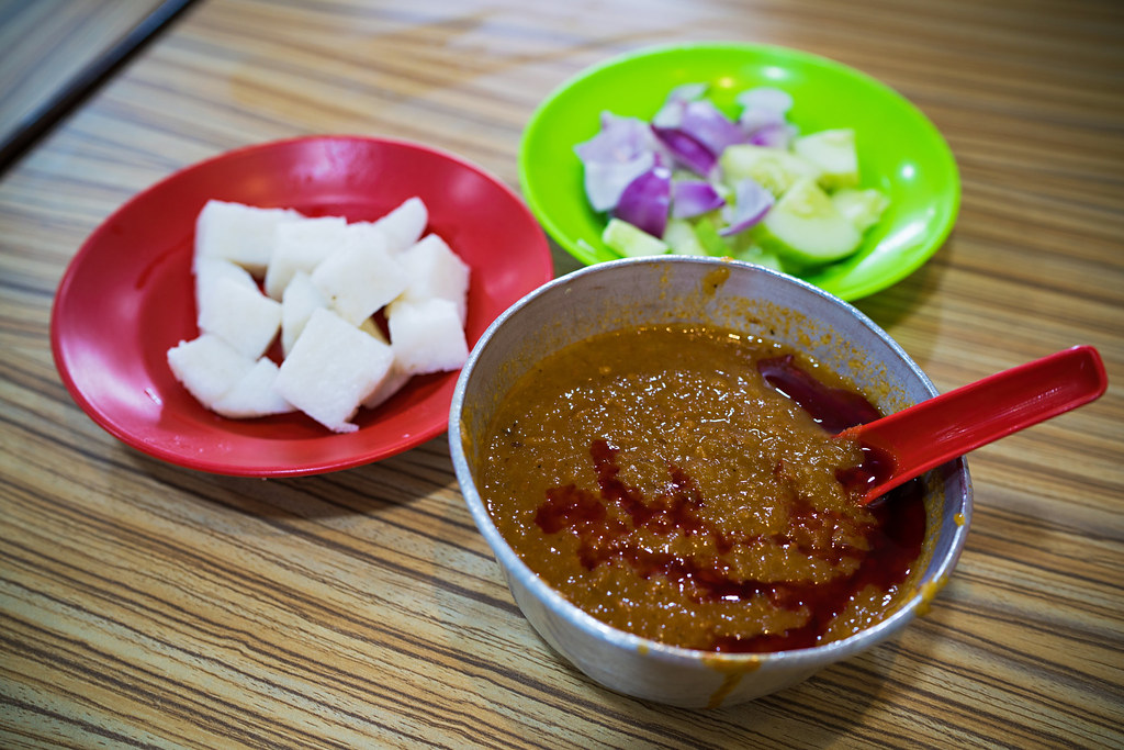 The awesome Satay sauce and the usual sides (ketupat, onions, cucumber)