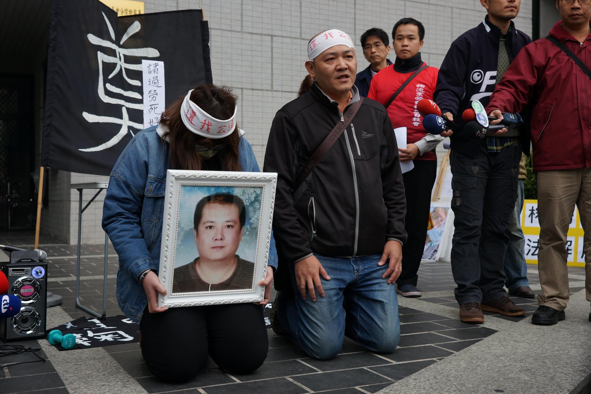 家屬在台中地檢署前下跪希望制度獲得改變。(攝影:王顥中)