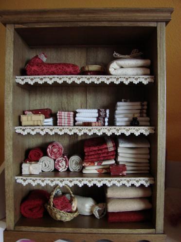 armoire miniature linge de maison bouteilles paniers. Black Bedroom Furniture Sets. Home Design Ideas