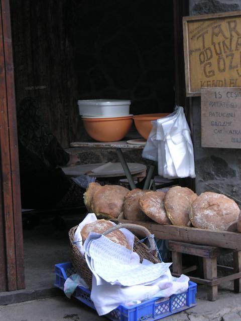 Egy eldugott világvégi faluban is kifejezetten a turistáknak készült kenyeret árulnak