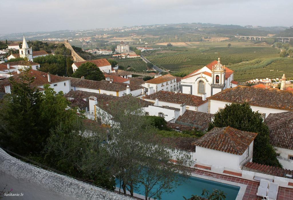 Des maisons de la ville médievale de Obidos ont des piscines et tout le confort moderne