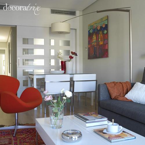 En el comedor muebles blancos la planta alargada del - Decorar salones cuadrados ...