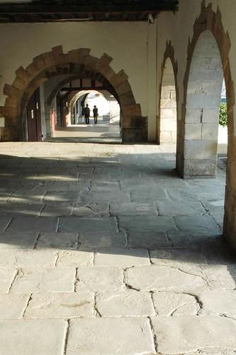 Sous les arceaux la bastide clairence p capperon flickr - Office de tourisme la bastide clairence ...