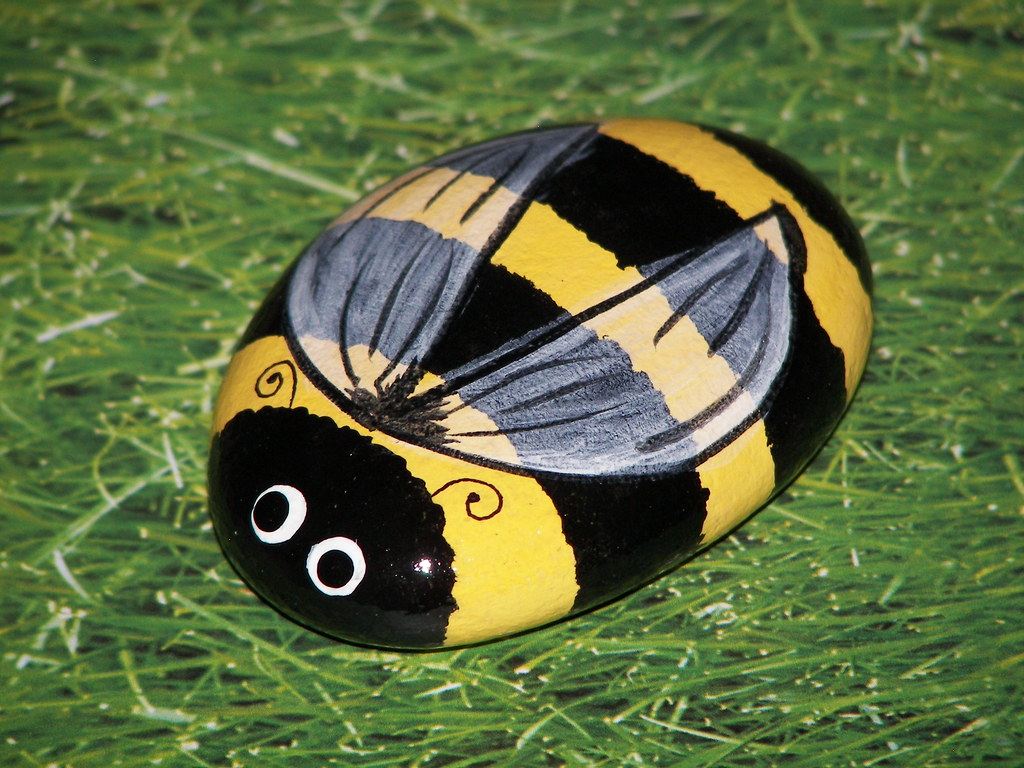 Рисунок пчелки на камне