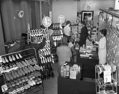 07 20 1962 18817b bata schoenenwinkel interieur bata for Interieur winkel amsterdam