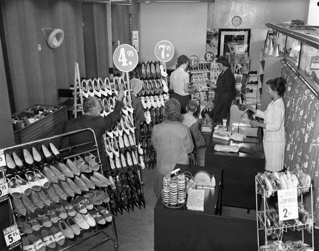 07 20 1962_18817b bata schoenenwinkel by iisg
