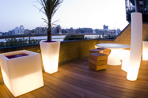 The funky roof terrace garden by earth designs for Arredi per terrazzo