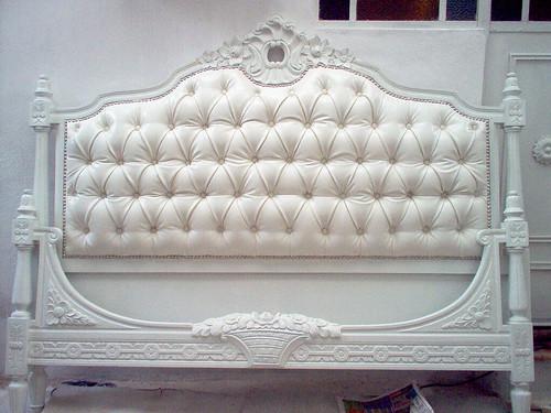 Cama luis xvi cama luis xvi tapizada en ecocuero con for Dormitorio luis xvi